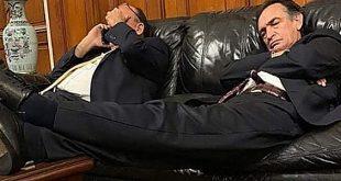 Héctor Becerril fue captado durmiendo en la Sala Mariátegui del Congreso de la República